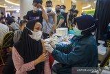 Petugas Kesehatan menyuntikkan vaksin COVID-19 pada warga saat Vaksinasi COVID-19 untuk umum di Duta Mall, Banjarmasin, Kalimantan Selatan, Jumat (25/6/2021). Polresta Banjarmasin dan Dokter Kesehatan Polda Kalimantan Selatan bekerja sama dengan pengelola Duta Mal Banjarmasin menggelar vaksinasi COVID-19 untuk masyarakat umum dan karyawan mal sebagai upaya menyukseskan program pemerintah target sejuta penyuntikkan vaksin per hari. Foto Antaranews Kalsel/Bayu Pratama S.