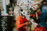 OPPA-Bank Sampah bagikan APD kepada pekerja sampah