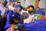 Menteri BUMN Erick Thohir (kedua kanan) meninjau pelaksanaan vaksininasi massal COVID-19 di Sentra Vaksinasi Bersama BUMN di Lanud Soewondo, Kota Medan, Sabtu (26/6/2021). Program vaksinasi massal bersama BUMN ini diharapkan dapat meningkatkan percepatan vaksinasi COVID-19 di Provinsi Sumatera Utara, dengan target sebanyak 5.000 orang per hari ANTARA FOTO/Fransisco Carolio/Lmo/rwa.