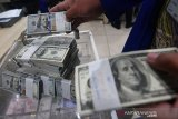 Dolar naik tipis sebelum pertemuan bank sentral