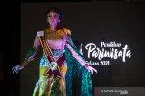 Finalis Puteri Pariwisata Kalimantan Selatan 2021 Melda Rahmawati berjalan di atas 'cat walk' dalam acara grand final pemilihan Puteri Pariwisata Kalimantan Selatan di Swiss Bell Hotel, Banjarmasin, Kalimantan Selatan, Sabtu (26/6/2021). Pemilihan Puteri Pariwisata Kalimantan Selatan tersebut dimenangkan oleh Winda Juniar asal Banjarmasin setelah bersaing dengan 16 finalis Puteri Pariwisata Kalsel saat Grand Final dan akan berperan dalam mempromosikan pariwisata Kalimantan Selatan serta memotivasi masyarakat untuk mengembangkan potensi wisata yang ada di Kalsel. Foto Antaranews Kalsel/Bayu Pratama S.