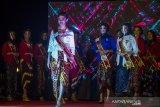 Sejumlah finalis Puteri Pariwisata Kalimantan Selatan 2021 tampil dalam acara grand final pemilihan Puteri Pariwisata Kalimantan Selatan di Swiss Bell Hotel, Banjarmasin, Kalimantan Selatan, Sabtu (26/6/2021). Pemilihan Puteri Pariwisata Kalimantan Selatan tersebut dimenangkan oleh Winda Juniar asal Banjarmasin setelah bersaing dengan 16 finalis Puteri Pariwisata Kalsel saat Grand Final dan akan berperan dalam mempromosikan pariwisata Kalimantan Selatan serta memotivasi masyarakat untuk mengembangkan potensi wisata yang ada di Kalsel. Foto Antaranews Kalsel/Bayu Pratama S.