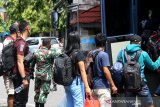 Sejumlah pekerja PT Nusa Halmahera Minerals (NHM) ketika tiba di Ternate untuk menjalani isolasi di hotel karena terkonfirmasi positif COVID-19, di Kota Ternate, Provinsi Maluku Utara, Minggu (27/06/2021). ANTARA FOTO/ Harmoko Minggu