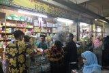 Kasus COVID-19 di Jakarta tinggi, toko obat di Pasar Kramat Jati ramai pembeli