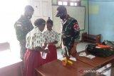 Satgas TNI Yonif 611 beri pelatihan P3K siswa SD di perbatasan RI-PNG