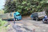 Truk bawa minuman terbalik di Palupuh, saat dievakuasi sebabkan Jalan Bukittinggi-Medan tersendat dan macet