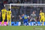 Pesepak bola Ukraina Artem Dovbyk (tengah) mencetak gol ke gawang Swedia yang dijaga penjaga gawang Robin Olsen (kedua kanan) dalam laga babak 16 besar Euro 2020, di Hampden Park, Glasgow, Skotlandia, Inggris Raya, Selasa (29/6/2021). Ukraina melaju ke babak perempat final setelah berhasil mengalahkan Swedia 2-1 lewat perpanjangan waktu,. ANTARA FOTO/Pool via Reuters=Paul Ellis/hp.
