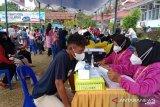 Puluhan petugas Satgas BPBD Baubau diterjunkan membantu vaksinasi massal