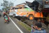 Truk Tabrak Rumah dan Bus