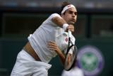 Federer jadi petenis putra tertua ke perempat final Wimbledon