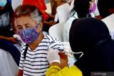 Seorang manula mendapat suntikan vaksin saat kegiatan Serbuan Vaksinasi COVID-19 massal di Lapangan Merdeka Kota Ambon, Provinsi Maluku, Jumat (2/7/2021). Berdasarkan data Kepolisian Daerah Maluku, program Serbuan Vaksinasi Masaal di 61 titik di Maluku sejak 26 Juni sudah mencapai 14.000 orang dan melebih target yang ditetapkan untuk Maluku yakni 8.000 orang. (ANTARA FOTO/FB Anggoro)