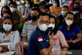 Sejumlah warga mengenakan masker saat mengantre di kegiatan Serbuan Vaksinasi COVID-19 massal di Lapangan Merdeka Kota Ambon, Provinsi Maluku, Jumat (2/7/2021). (ANTARA FOTO/FB Anggoro)