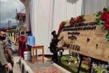 SK4 Bukittinggi turunkan papan bunga pernikahan bertuliskan