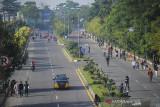 Sejumlah warga berjalan kaki di Jalan Al-Fathu yang ditutup sementara di Soreang, Kabupaten Bandung, Jawa Barat, Minggu (4/7/2021). Dalam rangka penerapan PPKM Darurat, Pemerintah Kabupaten Bandung menutup sejumlah ruas jalan utamanya guna mencegah kerumunan yang dapat berpotensi menularkan COVID-19. ANTARA FOTO/Raisan Al Farisi/agr