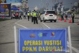 Petugas kepolisian menghentikan kendaraan saat Operasi Yustisi PPKM Darurat di gerbang keluar Tol Soreang, Kabupaten Bandung, Jawa Barat, Minggu (4/7/2021). Operasi yang dilakukan oleh petugas gabungan Polri, TNI dan Dinas Perhubungan Kabupaten Bandung tersebut dilakukan dalam rangka tindak lanjut PPKM Darurat Jawa dan Bali guna menghentikan lonjakan kasus COVID-19. ANTARA FOTO/Raisan Al Farisi/agr