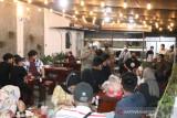 Pengunjung dua kafe di Medan dibubarkan tim patroli PPKM Mikro