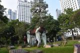 Petugas mengangkut peti jenazah teridentifikasi COVID-19 untuk dimakamkan di TPU Karet Pasar Baru Barat, Jakarta, Jakarta, Sabtu (3/7/2021). Berdasarkan data Satgas Penanganan COVID-19, kasus terkonfirmasi positif COVID-19 pada hari pertama diberlakukannya PPKM Darurat meningkat mencapai 27.913 sehingga total telah menembus angka 2.256.851 jiwa sementara kasus meninggal 60.027 jiwa. ANTARA FOTO/Indrianto Eko Suwarso/foc