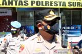 Petugas pos penyekatan perketat pemeriksaan PPKM darurat di kota Solo