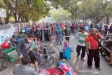 Petugas bubarkan pedagang yang nekat jualan di luar Pasar Klitikan Solo