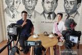 Putri Pariwisata Kalsel 2021 Winda Juniar (kanan) berbincang santai bersama Jurnalis LKBN Antara Firman (kiri) saat Podcast Antara Kalsel di Kantor Perum LKBN ANTARA Biro Kalsel, Banjarmasin, Kalimantan Selatan, Senin (5/7/2021). Foto Antaranews Kalsel/Bayu Pratama S.
