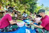 Satgas TNI Yonif 131 latih  warga di perbatasan buat kripik pisang