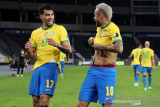 Pesepak bola Brazil Lucas Paqueta (kiri) melakukan selebrasi dengan rekannya Neymar setelah berhasil mencetak gol pertama untuk tim nya saat melawan Peru dalam laga semi final Copa America 2021, di Stadion Nilton Santos, Rio de Janeiro, Brazil , Senin (5/7/2021). Barzil melaju ke babak final setelah mengalahkan Peru 1-0, ANTARA FOTO/Reuters-Amanda Perobelli/hp