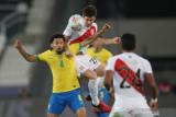 Pesepak bola Brazil Marquinhos (kiri) berebut bola dengan pesepak bola Peru Santiago Ormeno (kedua kiri) . dalam laga semi final Copa America 2021, di Stadion Nilton Santos, Rio de Janeiro, Brazil , Senin (5/7/2021). Barzil melaju ke babak final setelah mengalahkan Peru 1-0, ANTARA FOTO/Reuters-Ricardo Moraes/hp.