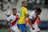 Pesepak bola Brazil Neymar (tengah) berebut bola dengan pesepak bola Peru Marcos Johan Lopez. (kanan) dalam laga semi final Copa America 2021, di Stadion Nilton Santos, Rio de Janeiro, Brazil , Senin (5/7/2021). Barzil melaju ke babak final setelah mengalahkan Peru 1-0,. ANTARA FOTO/Reuters-Ricardo Moraes/hp.