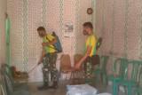 Satgas Pamtas RI-RDTL semprot disinfektan di rumah warga