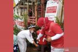 Relawan SIBAT PMI melakukan edukasi cara cuci tangan pada anak di Cisarua, Bogor, Jawa Barat. (Antara/HO/PMI/IFRC).