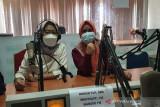 Petugas UDD PMI Kota Cilegon melakukan sosialisasi edukasi pentingnya untuk mendonorkan darah melalui acara bincang-bincang di Radio 102 Mandiri FM Kota Cilegon, Banten. (Antara/HO/PMI/IFRC).