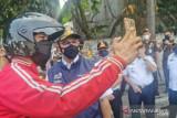 Anies hentikan kendaraan pekerja non esensial di Jalan Daan Mogot Jakarta