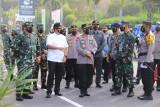 Menkes bersama Kapolri dan Panglima TNI meninjau pos PPKM di Prambanan