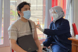 Pelaku UMKM peroleh vaksinasi di Grab Vaccine Center Semarang