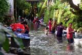 Puluhan warga mencuci pakaian bersama di Kali Wailatu yang mengalir di Negeri (Desa) Tulehu Kabupaten Maluku Tengah, Provinsi Maluku, Kamis (8/7/2021). Masyarakat Tulehu hingga kini sangat bergantung pada air Kali Wailatu untuk menncuci karena sumber air melimpah dan kebersihannya masih terjaga. (ANTARA FOTO/FB Anggoro)