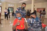 Warga pesisir Dok IX Jayapura antusias ikut vaksinasi COVID-19 Lantamal X