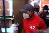 Polisi membawa Nia-Ardi Bakrie ke sejumlah tempat pemeriksaan