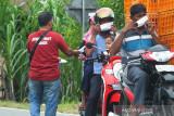 KAMPANYE JANGAN TAKUT DIVAKSIN. Wartawan membagikan kaos dan masker kepada masyarakat yang melintasi jalan nasional di Blangpidie, Kabupaten Aceh Barat Daya, Aceh, Jumat (9/7/2021). Kaos bertulisan jangan takut divaksin dibagikan insan pers sebagai bentuk kampanye agar masyarakat tidak takut divaksin COVID-19. ANTARA/Suprian