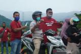 KAMPANYE JANGAN TAKUT DIVAKSIN. Wartawan membagikan kaos kepada masyarakat yang melintasi jalan nasional di Blangpidie, Kabupaten Aceh Barat Daya, Aceh, Jumat (9/7/2021). Kaos bertulisan jangan takut divaksin dibagikan insan pers sebagai bentuk kampanye agar masyarakat tidak takut divaksin COVID-19. ANTARA/Suprian