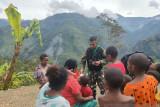 Satgas TNI ajak anak pegunungan Papua belajar dan bermain