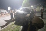 HP jatuh, mobil Honda Jazz tabrak pembatas jalan di Praya