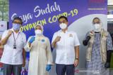 Menteri Ketenagakerjaan Ida Fauziyah (kedua kiri) berfoto bersama Ketua Umum Kamar Dagang dan Industri (Kadin) Indonesia Arsjad Rasjid (kedua kanan) didampingi Bupati Karawang Cellica Nurrachadiana (kanan) dan Wakil Presiden Direktur PT Toyota Motor Manufacturing Indonesia (TMMIN) Nandy Juliyanto (kiri) usai meninjau pelaksanaan vaksinasi gotong royong di PT TMMIN, Karawang, Jawa Barat, Sabtu (10/7/2021). Menteri Ketenagakerjaan mengatakan seluruh upaya untuk mendapatkan kekebalan komunal harus dilakukan seperti Kamar Dagang dan Industri yang menjadi contoh mengombinasikan pengadaan vaksinasi gotong royong dan berkoordinasi pada setiap perusahaan industri. ANTARA FOTO/M Ibnu Chazar/agr