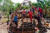 Satgas Pamtas RI-Timor Leste bantu bangun rumah adat