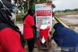 Petugas PMI Sukabumi memberikan edukasi cara mencuci tangan dengan sabun yang baik dan benar kepada warga di Sukabumi, Jawa Barat. (Antara/HO/PMI/IFRC).