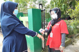 Petugas PMI Sukabumi memeriksa suhu tubuh warga di beberapa titik wilayah Sukabumi dan juga menjadi upaya agar dapat mengidentifikasi individu dengan suhu di atas 37 derajat Celcius agar dapat melakukan isolasi mandiri atau dirujuk ke Fasilitas Kesehatan terdekat.  (Antara/HO/PMI/IFRC).