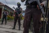 Polisi berjaga di depan gerbang Rumah Sakit Bhayangkara yang akan menjadi lokasi identifikasi dua jenazah dari kelompok DPO Mujahidin Indonesia Timur (MIT) Poso di Palu, Sulawesi Tengah, Minggu (11/7/2021). Prajurit Kopassus dalam tim Komando Operasi Gabungan Khusus (Koopsgabssus) Tricakti yang tergabung dalam Satgas Operasi Madago Raya menembak mati dua orang dari kelompok DPO MIT Poso dalam kontak senjata di Pegunungan Tokasa, Desa Tanah Lanto, Kecamatan Torue, Kabupaten Parigi Moutong pada Minggu (11/7) pagi. Petugas masih melakukan evakuasi kedua jenazah dari hutan untuk dilakukan identifikasi. ANTARAFOTO/Basri Marzuki/nym.