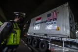 Anggota Kepolisian berjaga di dekat truk kontainer bersuhu dingin yang membawa vaksin COVID-19 Moderna saat tiba di Bio Farma, Bandung, Jawa Barat, Minggu (11/7/2021). Sebanyak tiga juta dosis vaksin COVID-19 produksi Moderna dari Amerika Serikat tiba di Bio Farma untuk didistribusikan guna percepatan vaksinasi masyarakat Indonesia. ANTARA FOTO/Novrian Arbi/agr