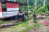 Satgas TNI Yonif 512 dan warga perbatasan gotong royong bangun rumah tokoh adat