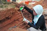 Ketua Tim Peneliti dari Balai Arkeologi Sumatera Selatan, Retno Purwanti mengukur ketebalan batuan saat ekskavasi untuk penelitian di Candi Koto Mahligai, kompleks Candi Muarajambi, Muarojambi, Jambi, Kamis (8/7/2021). Penelitian yang dilakukan Balai Arkeologi Sumatera Selatan mulai 2-17 Juli 2021 di kompleks situs yang berada di sebelah barat gerbang masuk kompleks Candi Muarajambi tersebut bertujuan mengungkap fungsi dan pemanfaatannya pada masa lampau. ANTARA FOTO/Wahdi Septiawan/wsj.