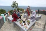 Anjungan Tapak Tuan Tapa. Duta Wisata Aceh Selatan Nuri (dua kanan) menjelaskan situs wisata kepada wisatawan lokal di Anjungan Tapak Tuan Tapa, Aceh Selatan, Aceh, Minggu (11/7/2021). Dua destinasi wisata Aceh Selatan Anjungan Tapak Tuan Tapa dan Bukit Sigantang Sira masuk dalam nominasi Anugerah Pesona Indonesia (API) 2021. ANTARA/Irwansyah Putra